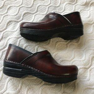 Dansko burgundy leather nursing clogs shoes 38 8